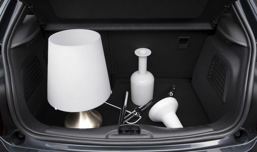 Was man eben so transportiert: Eine Lampe und 2 Vasen... Hierbei handelt es sich um ein Pressebild von Citroën.