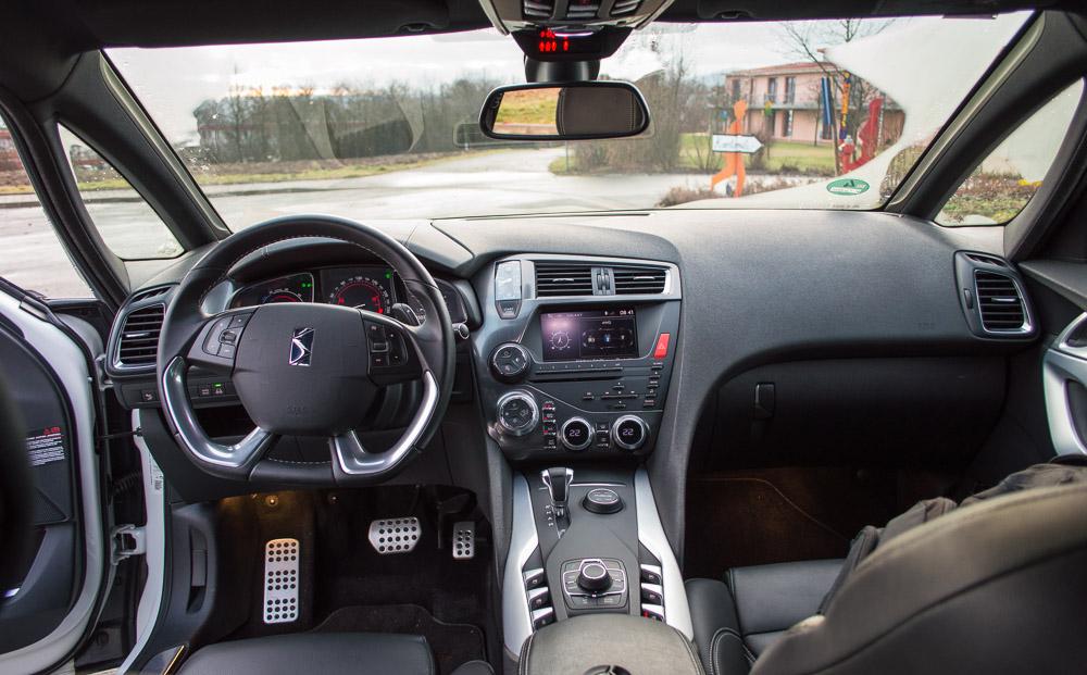 Oberhalb des Start-Knopfs für den Motor hat man eine analoge Uhr angebracht, die wahrscheinlich niemand benutzt, weil es genügend digitale Anzeigen gibt. Sie sieht aber wesentlich cooler aus als in Passat und Co!