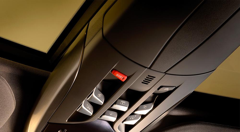 SOS- und Assistanceknopf sind direkt über dem Kopf des Fahrers angebracht und leicht erreichbar.