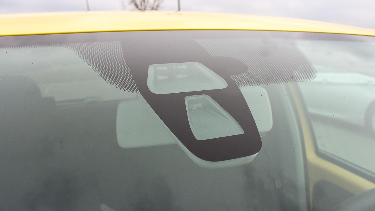 Die Laser-Technik für City Safe Drive befindet sich hinter dem Rückspiegel