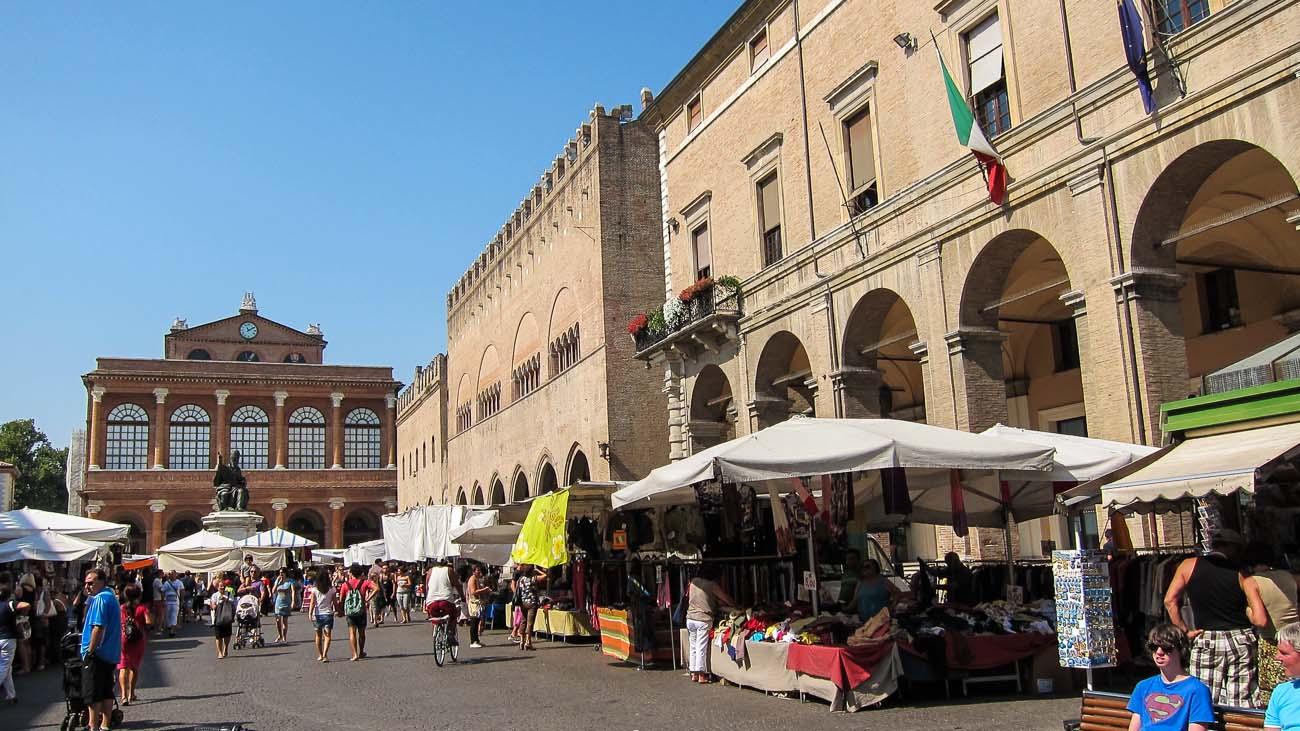 Rathaus und Wochenmarkt in Rimini