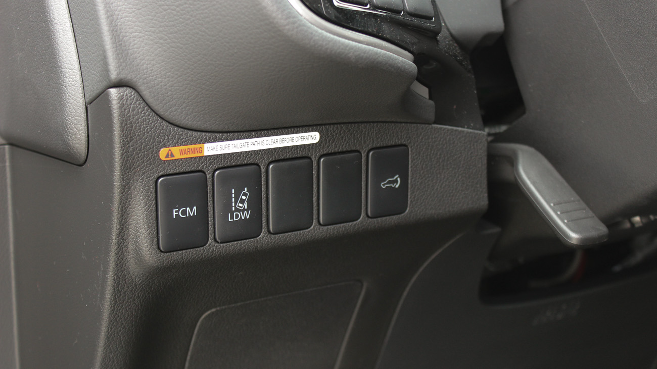 Sowohl der Spurhalteassistenzt (LDW) als auch der Frontkollisionswarner (FCM) können mit je einem separaten Knopf deaktiviert werden.