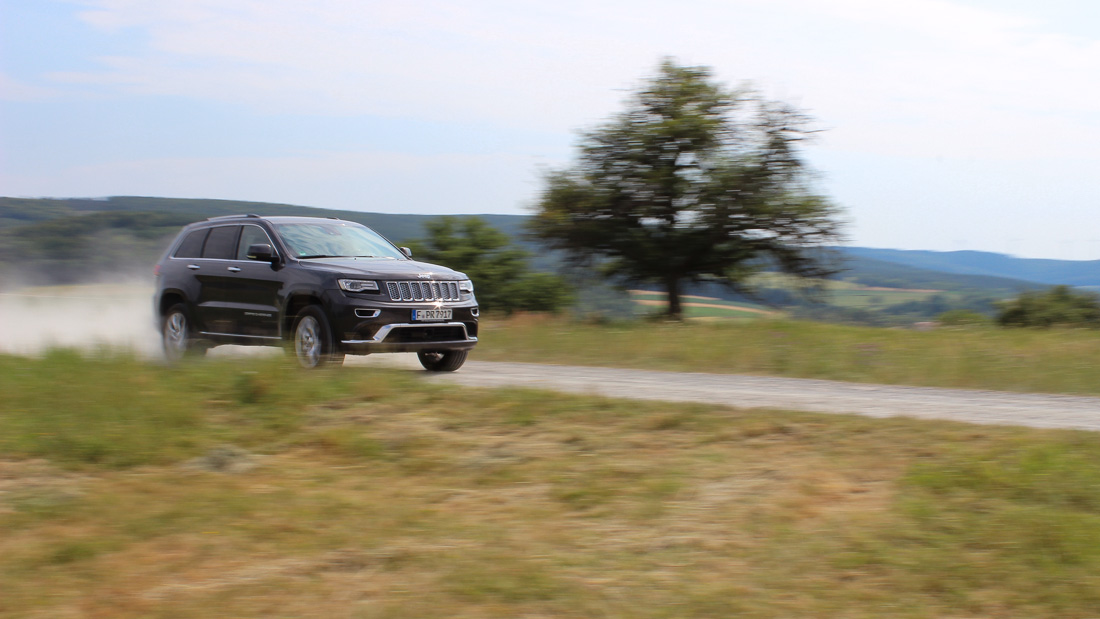jeep grand cherokee summit fahraufnahme