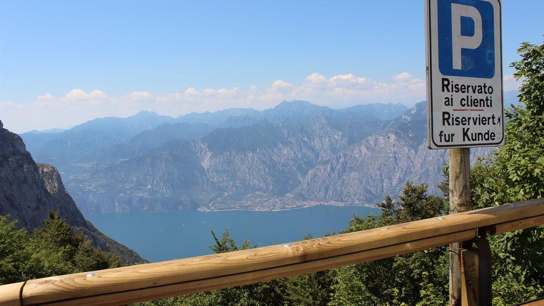 Blick vom Monte Baldo auf die Nordhälfte des Gardasees.