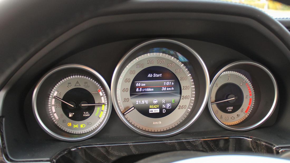 Links wird entweder die Rekuperation oder die Leistungsabgabe des E-Motors angezeigt.