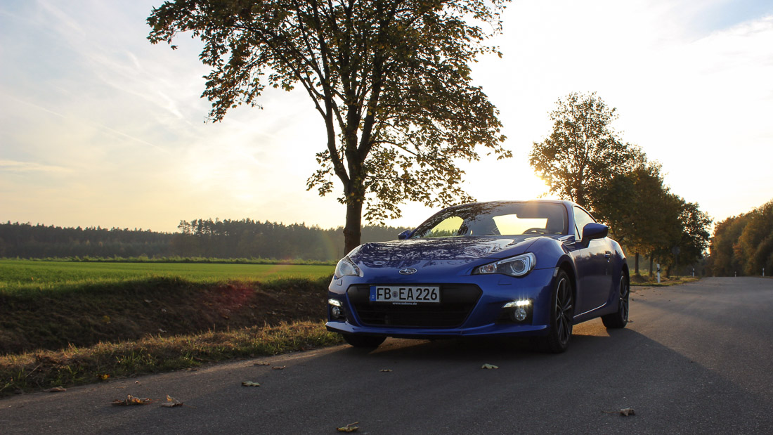 Subaru BRZ in WR Blue Pearl mit aktiviertem Tagfahrlicht