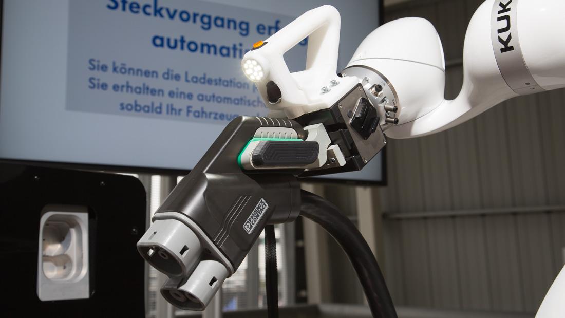 DC-Connector in der Hand des Kuka-Leichtbauroboters