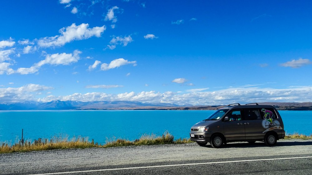 Unser Toyota Liteace mit Ausblick auf den Lake Pukaki