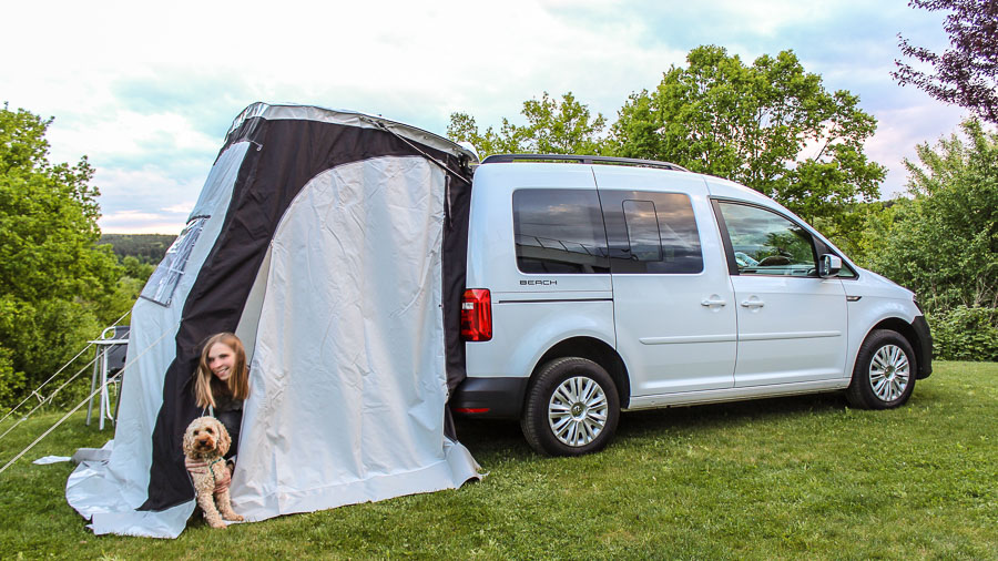 vw caddy beach 1 0 tsi im camping test video motoreport. Black Bedroom Furniture Sets. Home Design Ideas